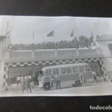 Fotografia antiga: LOJA GRANADA AUTOCAR BAR TRES COLINAS PUBLICIDAD CERVEZAS ALHAMBRA ANTIGUA FOTOGRAFIA 7 X 10 CMTS. Lote 226366495