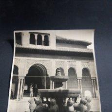 Fotografía antigua: PRECIOSA FOTO GRANDE GRANADA PATIO LOS LEONES ALHAMBRA ANIMADA ARQUITECTURA ORIGINAL C.1915 21X16CM. Lote 226781714