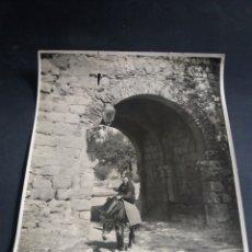 Fotografía antigua: FOTO GRANDE BURGOS ARCO DE SAN MARTIN BURRO ANIMADA ARQUITECTURA ORIGINAL C.1915 21X16CM. Lote 226782855