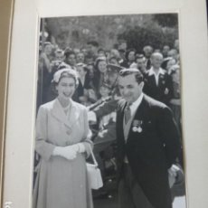 Fotografia antiga: GIBRALTAR 1954 VISITA DE LA REINA ISABEL II FOTOGRAFIA EN TARJETA FELICITACION. Lote 226833110