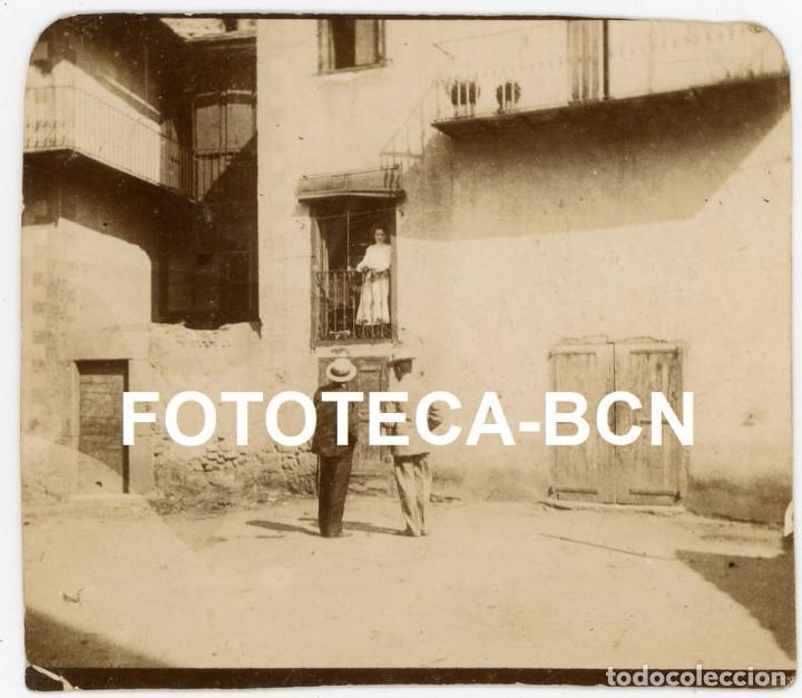 FOTO ORIGINAL CABALLEROS CORTEJANDO A UNA DAMA AÑOS 20 ESPAÑA (Fotografía Antigua - Gelatinobromuro)
