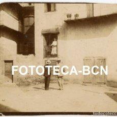 Fotografía antigua: FOTO ORIGINAL CABALLEROS CORTEJANDO A UNA DAMA AÑOS 20 ESPAÑA. Lote 236498730