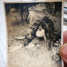 Photographie ancienne: FOTOGRAFÍA DOS MUJERES JÓVENES DESCANSANDO EN EL JARDÍN AÑOS CUARENTA BILBAO CASA FOTO CARLOS C.LARR. Lote 236718270