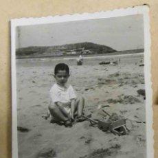 Fotografía antigua: GIJON , NIÑO EN LA PLAYA AÑOS 50. Lote 237709330
