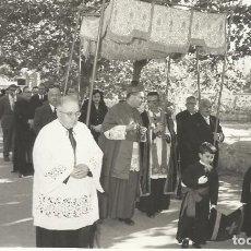 Fotografía antigua: CELEBRACIÓN RELIGIOSA BAJO PALIO. AÑOS 50 MOLINS DE REY. REI. REPORTAJE OLIVA. BARCELONA. 9X14 CM.. Lote 245052715