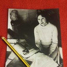 Fotografía antigua: FOTO ORIGINAL DE ANAÏS NIN, SOBRE LOS AÑOS 70 (17´5 X 13) MÁS DOS DE SUS DIARIOS 1923-27/1966-74. Lote 251671830