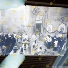 Fotografía antigua: PLACA CRISTAL GELATINO BROMURO VALENCIA PROCESIÓN RELIGIOSA. PP.S.XX.. Lote 253618100