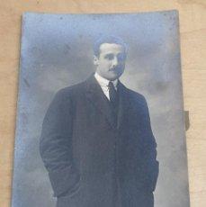 Fotografía antigua: TARJETA POSTAL FOTOGRÁFICA CABALLERO FOTO GARCÍA RAZQUIN BILBAO 13,5X9 CM.. Lote 254222855