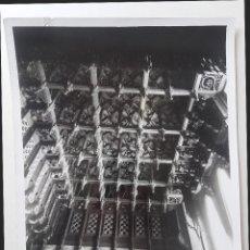 Fotografía antigua: BARCELONA, CASA GÜELL. ARTESONADO DE UN SALÓN POR GAUDÍ. Lote 254941560