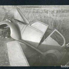 Fotografía antigua: AUTOMOVILISMO. CURIOSA IMAGEN DE COCHE ACCIDENTADO. F: GARCIA VILELLA. BCN. C.1960. Lote 262933580