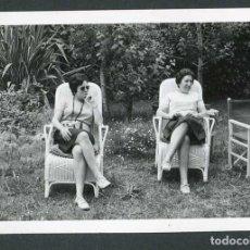 Fotografía antigua: LA GARRIGA. DOS SEÑORAS EN EL JARDIN. 6/6/1971. Lote 262934555