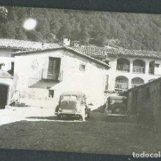 Fotografía antigua: AUTOMOVILISMO. PLAZA Y COCHES. LUGAR SIN IDENTIFICAR. C.1960. Lote 262935895