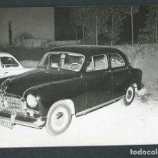 Fotografía antigua: AUTOMOVILISMO. COCHE MATRÍCULA BARCELONA. C. 1960. Lote 262939965