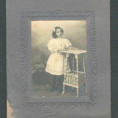Fotografía antigua: NIÑA. PRECIOSA FOTOGRAFÍA. F: R. MUR. GIRONA. C.1915. Lote 263173740