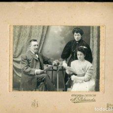 Fotografía antigua: FOTO DE FAMILIA. F: J. PALMEROLA.BCN. MODERNISMO. C.1900. Lote 263175110