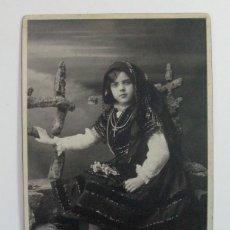 Fotografía antigua: LOS ITALIANOS. SANTANDER. CANTABRIA. NIÑA VESTIDA CON TRAJE TRADICIONAL POPULAR CANTABRO. H. 1920. Lote 265338739