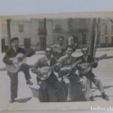 Fotografia antica: TOMELLOSO CIUDAD REAL GRUPO DE RONDALLA CON GUITARRA Y BANDURRIAS ANTIGUA FOTOGRAFIA 6 X 8 CMTS. Lote 265702384