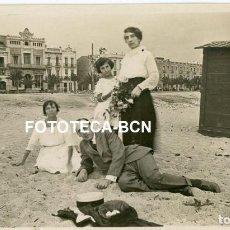 Fotografía antigua: FOTO ORIGINAL DIA DE PLAYA BAÑISTAS CASETA EDIFICIOS CASAS POSIBLEMENTE CATALUNYA AÑOS 20. Lote 266726498
