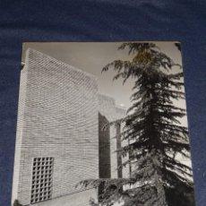 Fotografía antigua: F CATALA ROCA FOTOGRAFIA ORIGINAL 1963 CASA TALLER DE L`ESCULTOR JOSEP M. SUBIRACHS, ANTONIO MORAGAS. Lote 268045094