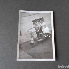 Fotografia antica: FOTOGRAFÍA DE UNA VESPA CON FARO ABAJO. 18 DE JULIO DE 1958. Lote 270164333