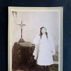 Fotografia antica: FOTOGRAFO - AGUILAR ( GRAUS ) RETRATO NIÑA PRIMERA COMUNIÓN / SOBRE CARTÓN / 16,5 X 11. Lote 270347953