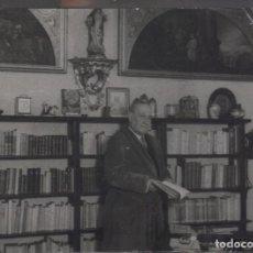 Fotografia antica: 1944. MANUEL MACHADO EN UN RINCÓN DE SU BIBLIOTECA 8,5 X 11,5 CM. Lote 272460253