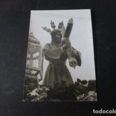 Fotografía antigua: HUELVA SEMANA SANTA NAZARENO PROCESION ANTIGUA FOTOGRAFIA 9 X 13 CMTS. Lote 295544053