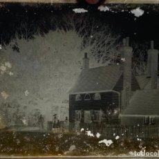 Fotografía antigua: PLACA CRISTAL NEGATIVO , PAISAJE CON PERSONAS Y CASA . 21,5 X 16,5 CM. 1920 APROX.. Lote 277513523