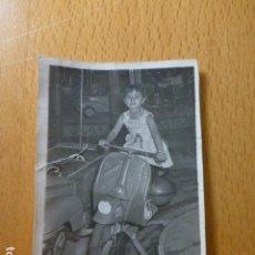 Fotografía antigua: NIÑA MONTADA EN MOTO DE CARROUSEL ANTIGUA FOTOGRAFIA 6 X 8 CMTS. Lote 277653683