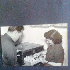 Fotografía antigua: FOTOGRAFÍA CARABAÑA (MADRID). 1955. PRÁCTICA DE INCUBACIÓN DE HUEVOS. Lote 278352018