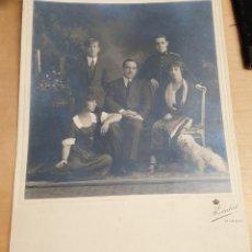 Fotografía antigua: FOTOGRAFÍA GRUPO FAMILIAR FOTO KAULAK MADRID 23,5X18 CM.. Lote 279571673