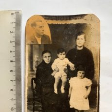 Photographie ancienne: FOTO. RECUERDO POST MORTEM. LA SUEGRA, JOVEN VIUDA E HIJOS. OBSERVADAS POR EL DIFUNTO. FOTÓGRAFO?.. Lote 282895208