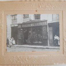 Fotografia antica: GUARNICIONERÍA VICENTE PÉREZ. EXTERIOR. M VIDAL. 12X17 CM (FOTO) 21X26 (SOPORTE).. Lote 284523118