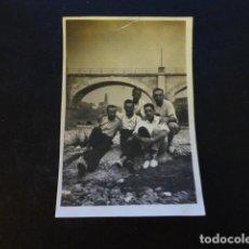 Fotografía antigua: HARO LA RIOJA GRUPO EN EL RIO FOTOGRAFIA HACIA 1930 6 X 8,5 CMTS. Lote 286967318