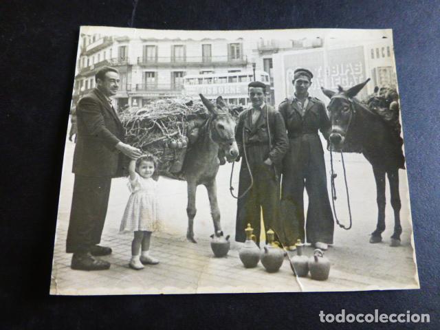 BARCELONA VENDEDORES DE BOTIJOS CON BURRO EN CALLE ANTIGUA FOTOGRAFIA AÑOS 40 6,5 X 8 CMTS (Fotografía Antigua - Gelatinobromuro)