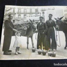 Fotografía antigua: BARCELONA VENDEDORES DE BOTIJOS CON BURRO EN CALLE ANTIGUA FOTOGRAFIA AÑOS 40 6,5 X 8 CMTS. Lote 287368458