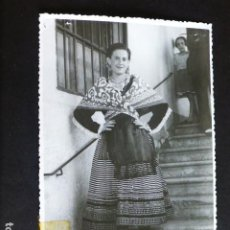 Fotografía antigua: MALAGA MUJER CON TRAJE TIPICO ANTIGUA FOTOGRAFIA 11,5 X 18 CMTS. Lote 287637948