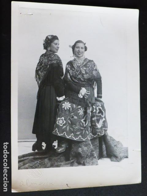 ALPERA ALBACETE MUJERES EN TRAJE TIPICO BELDA FOTOGRAFO ANTIGUA FOTOGRAFIA 19 X 14 CMTS (Fotografía Antigua - Gelatinobromuro)