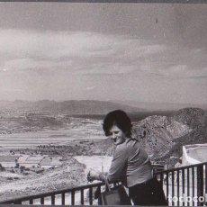 Fotografía antigua: MUJER EN BALCÓN (ZONA ALMERÍA). CIRCA 1970. MEDIDAS DE LA FOTOGRAFÍA: 10,5 X 7,5 CM.. Lote 288575603