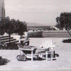 Fotografía antigua: MUJER EN TUMBONA (ZONA ALMERÍA). CIRCA 1970. MEDIDAS DE LA FOTOGRAFÍA: 10,5 X 7,5 CM.. Lote 288575788
