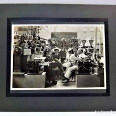 Fotografía antigua: FOTOGRAFIA GRAN FORMATO EXPOSICIÓN MAQUINARIA CLAUDIO ORTEGA.PRIMERA MITAD S.XX. Lote 288862583