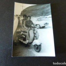 Photographie ancienne: ZARAUZ GUIPUZCOA MUJERES EN MOTOCICLETA LAMBRETTA MATRICULA SS FOTOGRAFIA 7,5 X 10,5 CMTS. Lote 289590838