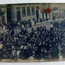 Fotografia antica: AVILES. ASTURIAS. RONDALLA DE UNA TUNA EN LA CALLE. H. 1915. Lote 293456563