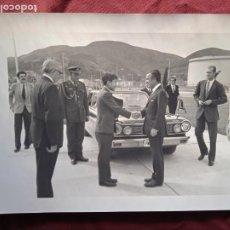 Fotografia antica: REY JUAN CARLOS I Y ADOLFO SUÁREZ. FOTO ORIGINAL. FOTO CLAUDIO, BILBAO. Lote 293658768
