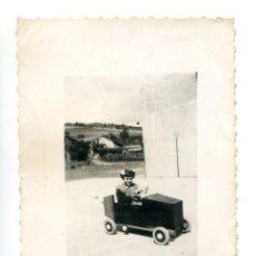 Fotografía antigua: NIÑA EN COCHE DE PEDALES, LARRAURI JULIO DE 1948, SELLO PHOTO VELOX, BILBAO. Lote 294483733