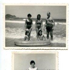 Fotografía antigua: DOS FOTOS FAMILIA EN LA PLAYA DE ZARAUZ, FOTO MARTIN 1963 7X10 CMS. Lote 294944793