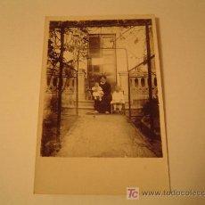 Fotografía antigua: TARGETA POSTAL UNA MADRE Y SUS HIJOS. Lote 18444912