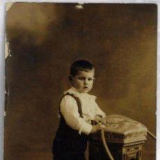 Fotografía antigua: FOTO POSTAL NIÑO POSANDO CON ARO BANQUETA MORISCA 1916. Lote 5558216