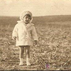 Fotografía antigua: NIÑA PEQUEÑA EN EL CAMPO. ANTIGUA POSTAL.. Lote 23443778