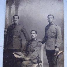 Fotografía antigua: FOTO DE ESTUDIO DE MILITARES DE INGENIEROS PLAZA MONTADA . ALFONSO XIII. Lote 26481080